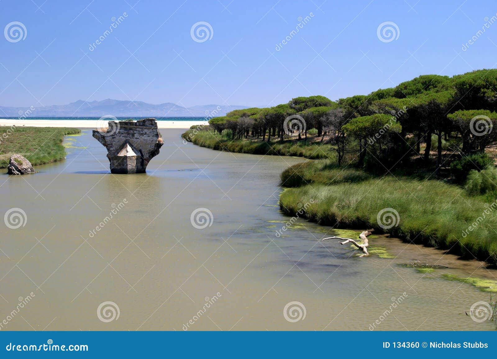 Stary most do rzeki morski sunny Hiszpanii