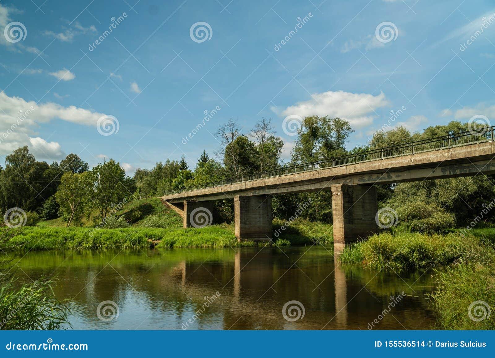 Stary most nadmiernej rzeki