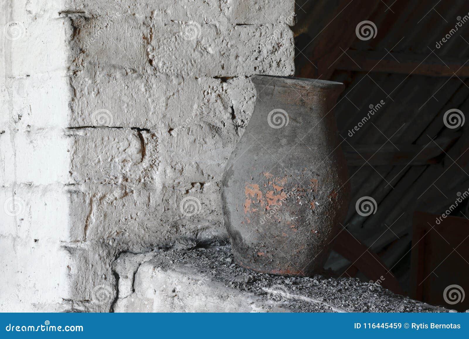 Stary, Nieociosany i Zakurzony Brown Wazowy Trwanie Pobliski Biały ściana z cegieł,