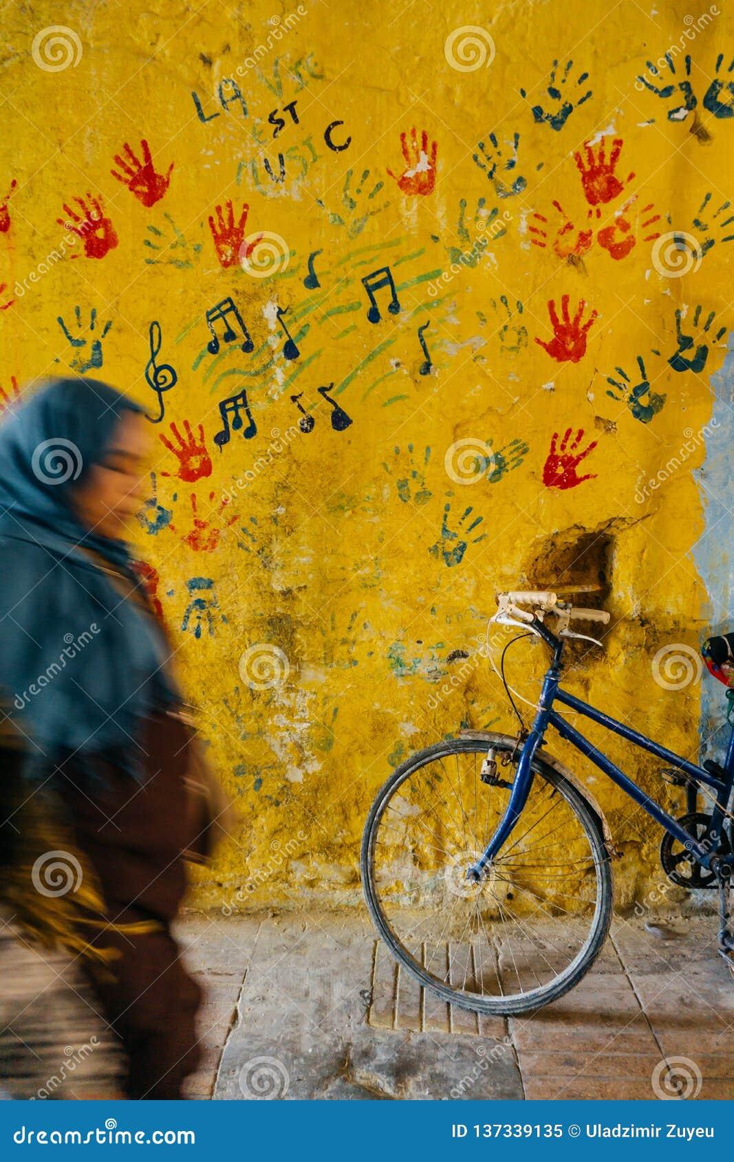 Stary nieociosany rocznika bicykl na ulicie blisko kolor ściany samochodowej miasta pojęcia Dublin mapy mała podróż Rower przejaż