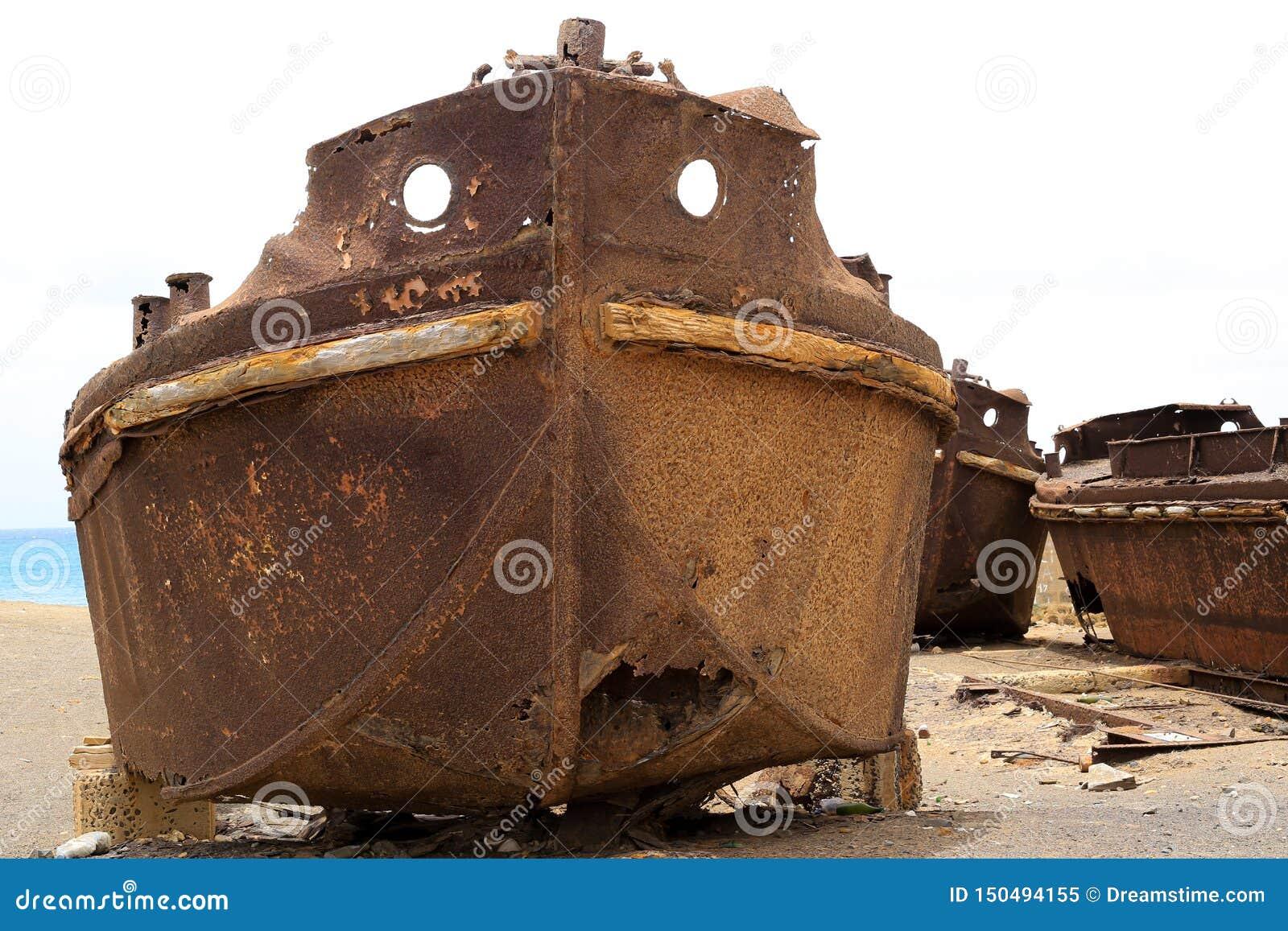 Stary niszczeje statek blisko brzeg