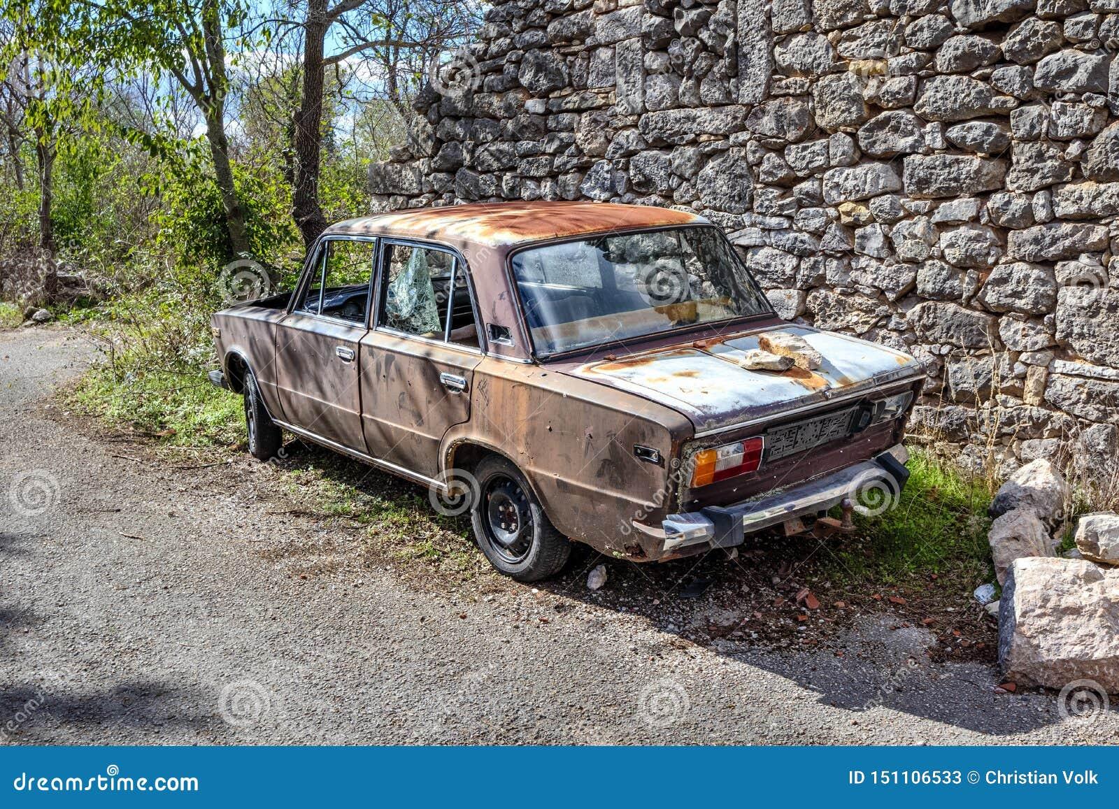 Stary ośniedziały samochód w chorwackiej wiosce