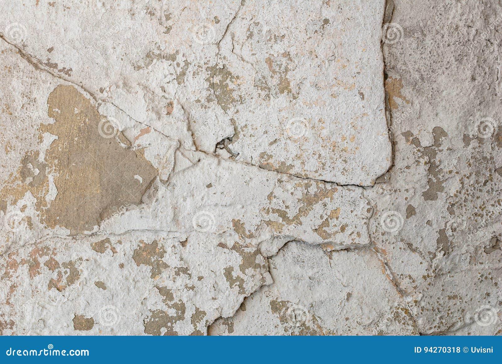 Stary odłupany tynk na betonowej ścianie, biały tło, tekstura