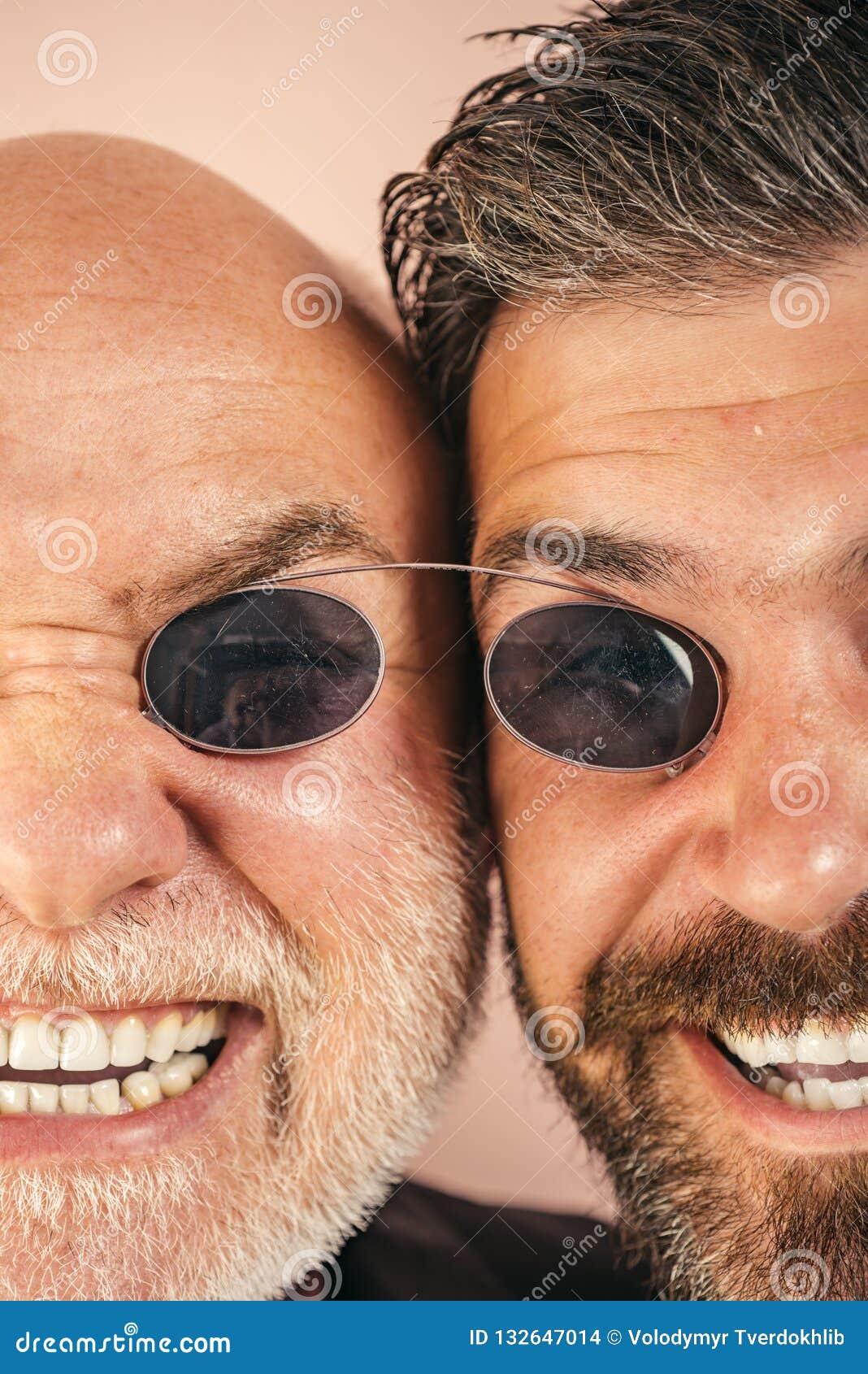 Stary ojciec i syn Ojca dzień Szalone emocje zamknięte w górę Komiczny tata i syn Śmieszni wyrażeniowi ludzie Ojczulek komiczka