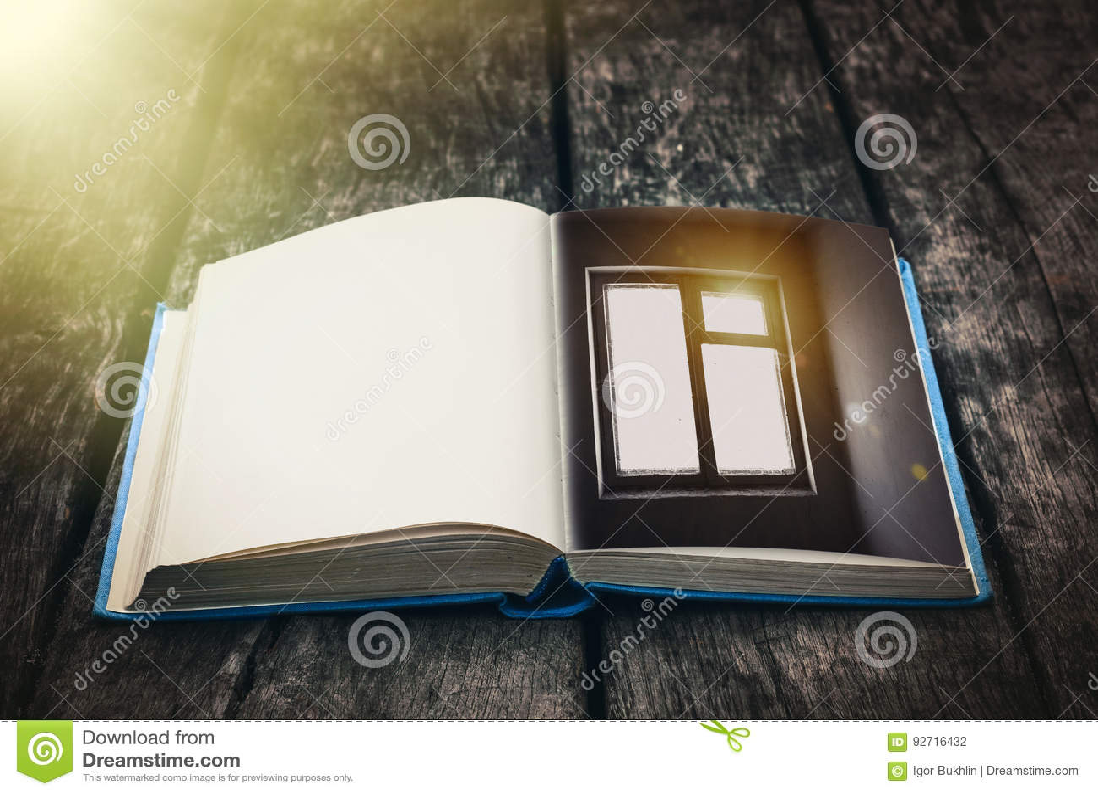 Stary otwiera książkę na drewnianym stole Rocznika skład starożytne biblioteki Antykwarska literatura Bajecznie atmosfera