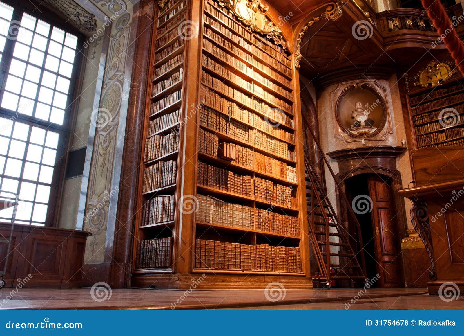 Stary półka na książki wśrodku pięknej biblioteki