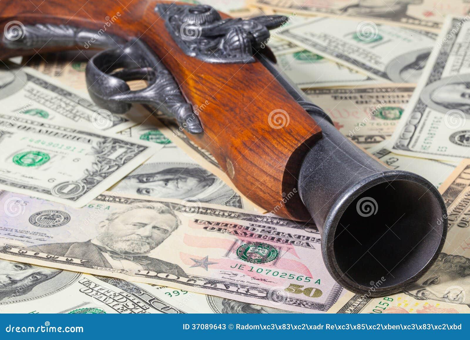 Download Stary pistolet i pieniądze obraz stock. Obraz złożonej z pistolet - 37089643