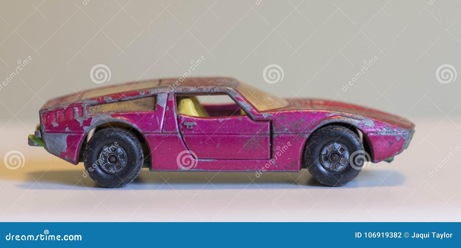 Stary powyginany menchii zabawki samochód