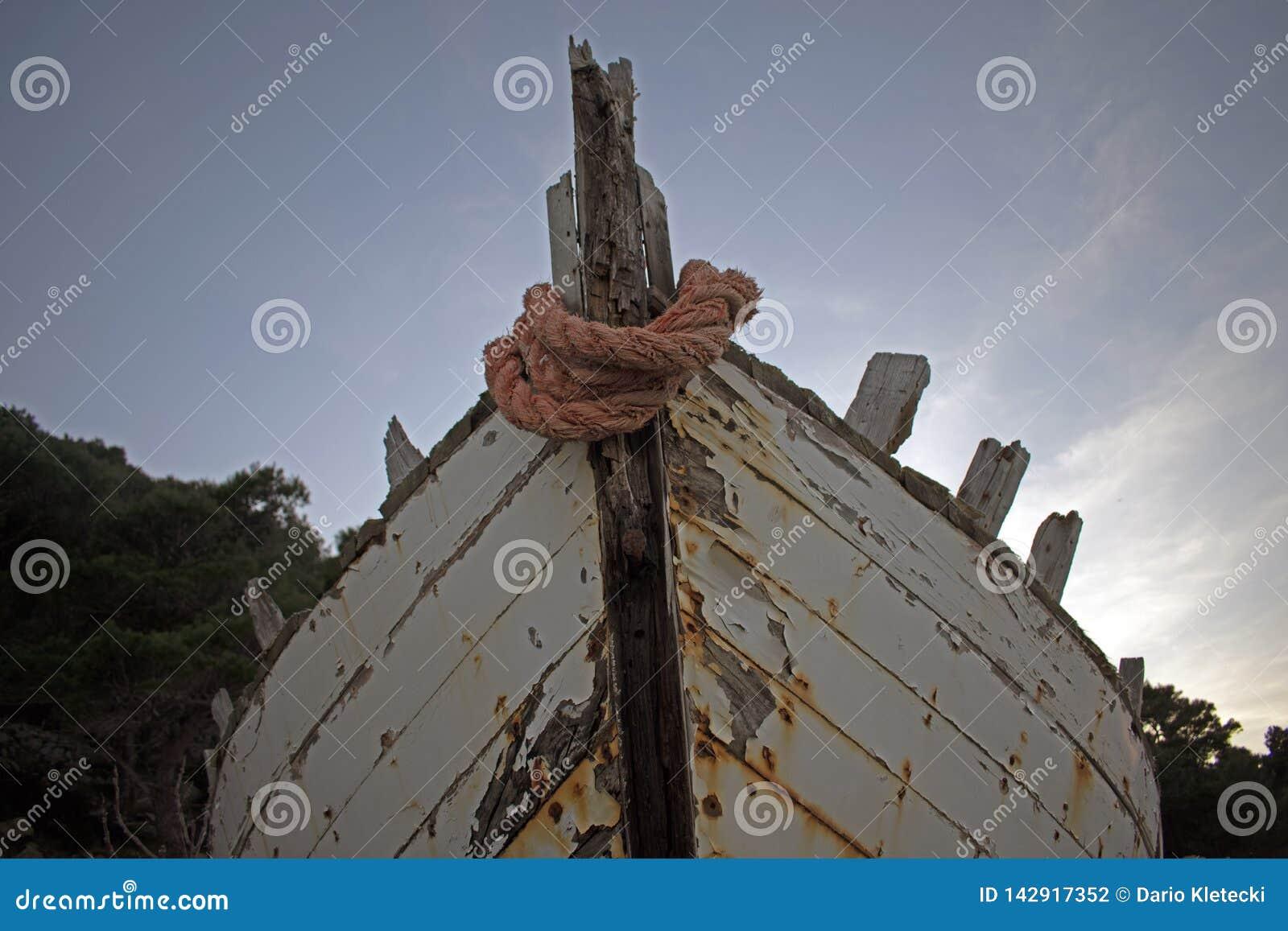 Stary przegniły drewniany statek z farbą struga daleko