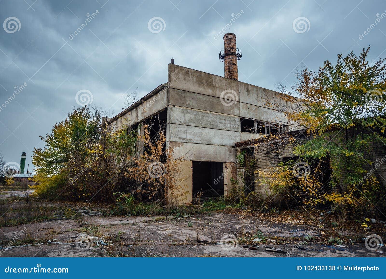 Stary przestarzały rujnujący betonowy przemysłowy budynek opuszczona fabryka