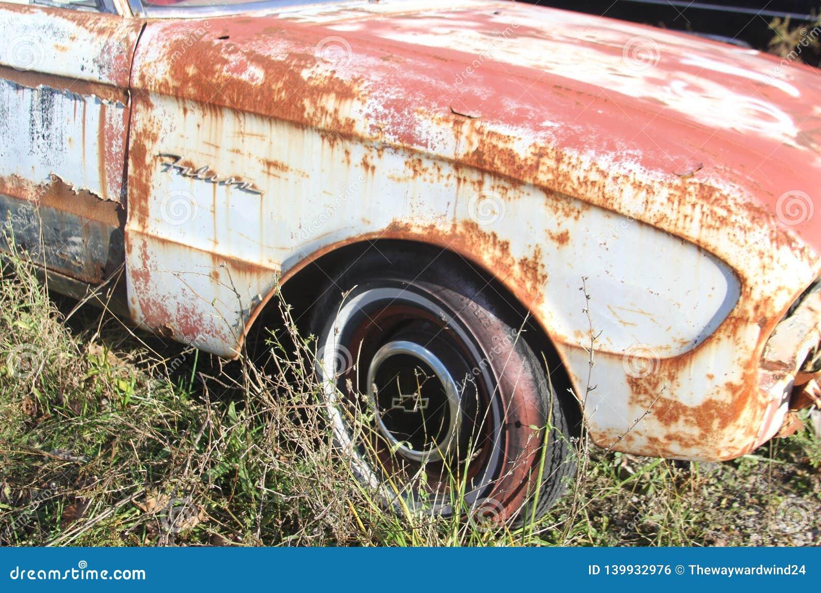 Stary rdzewieje samochód