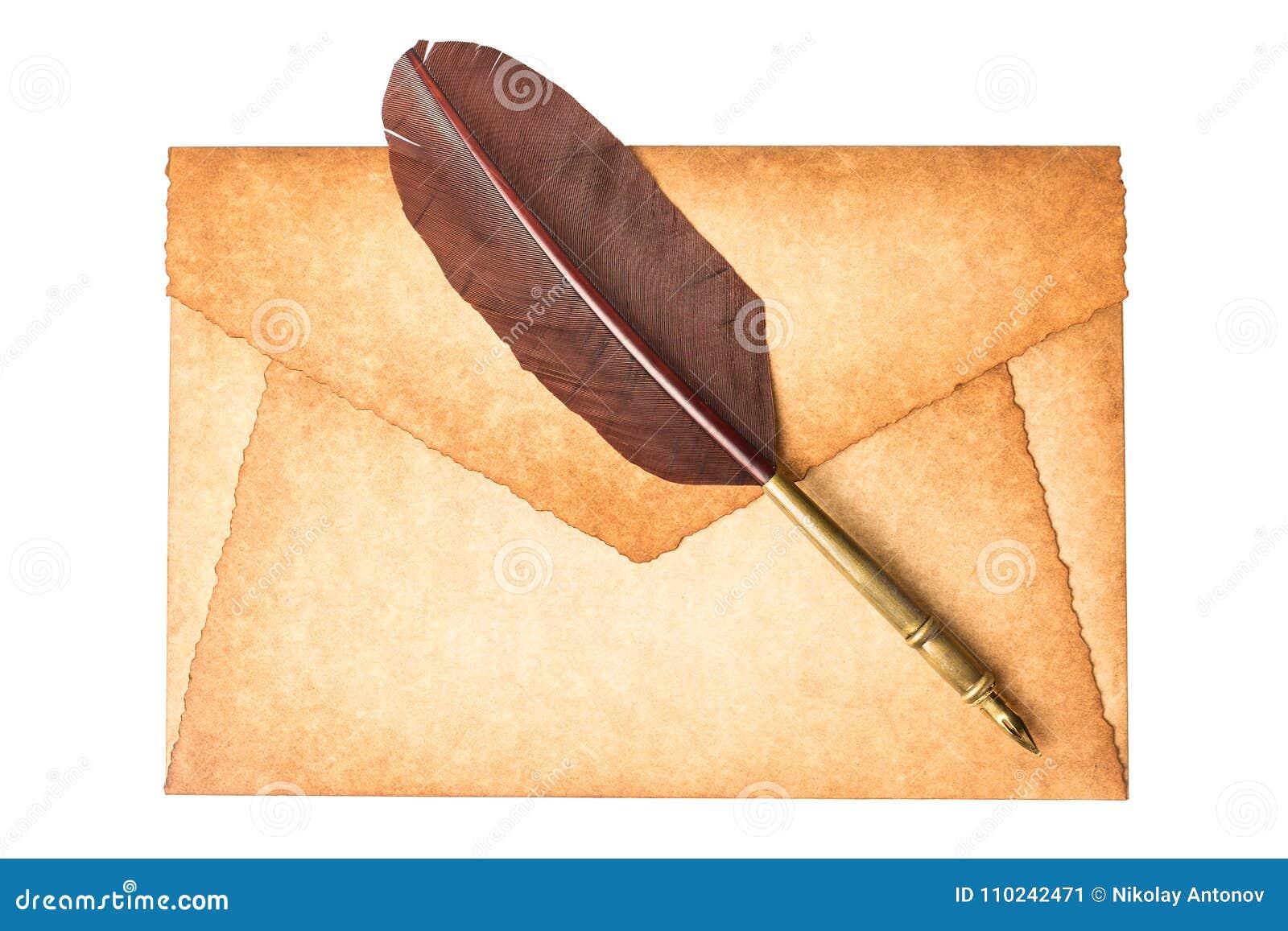 Stary rocznik palił koperta list z dutki piórka piórem odizolowywającym na białym tle