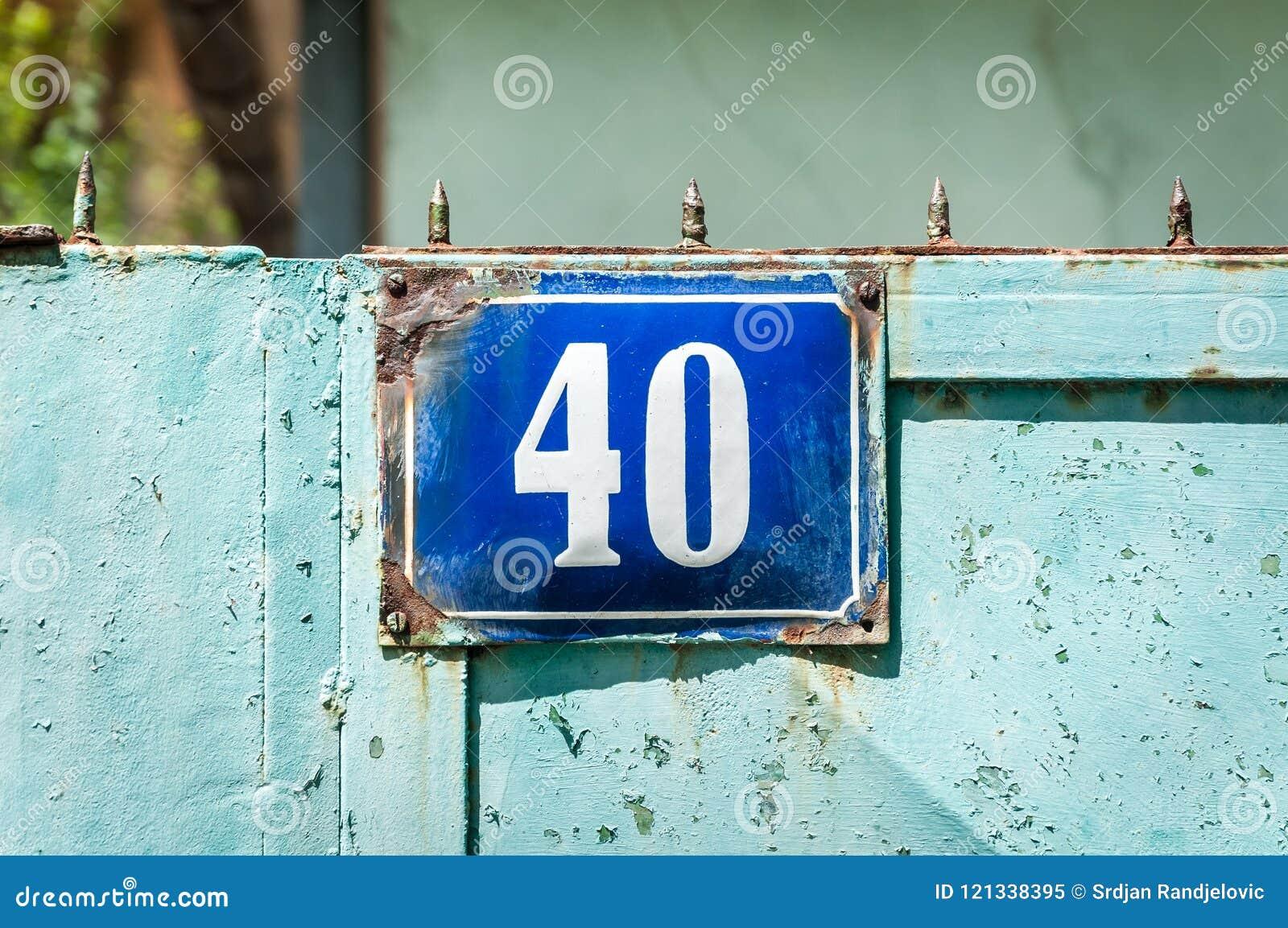 Stary rocznika błękita domu adres metal półkowa liczba 40 czterdzieści na wiejskiej bramie