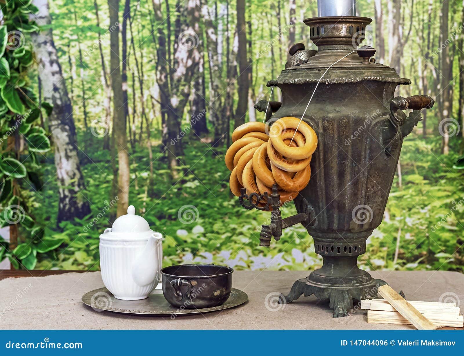 Stary Rosyjski samowar z bagels na drewnianym stole