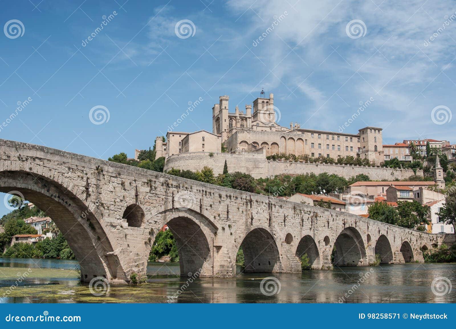 Stary rzymski most i katedry St Nazaire w Beziers
