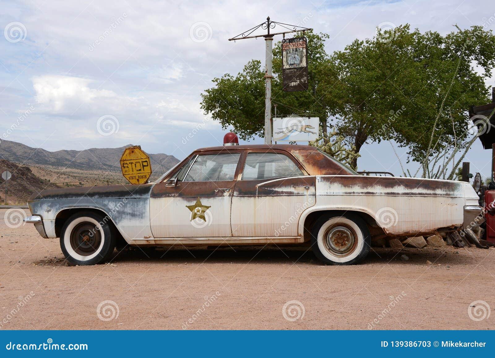 Stary samochód policyjny w pustyni