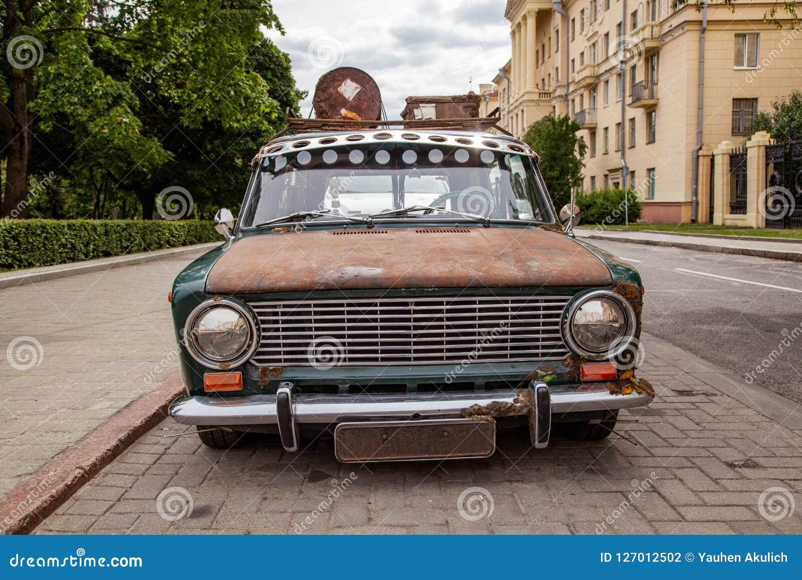 Stary samochód z dachowym stojakiem w mieście