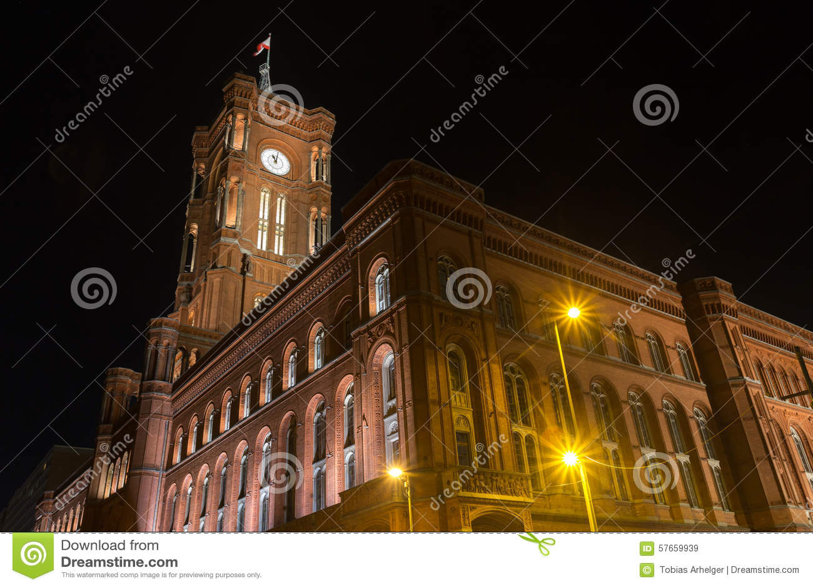 Stary stadthaus budynek w Berlin Germany przy nocą