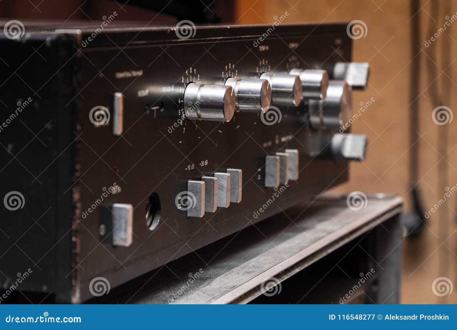 Stary stereo amplifikator w czerni z srebnymi rękojeściami