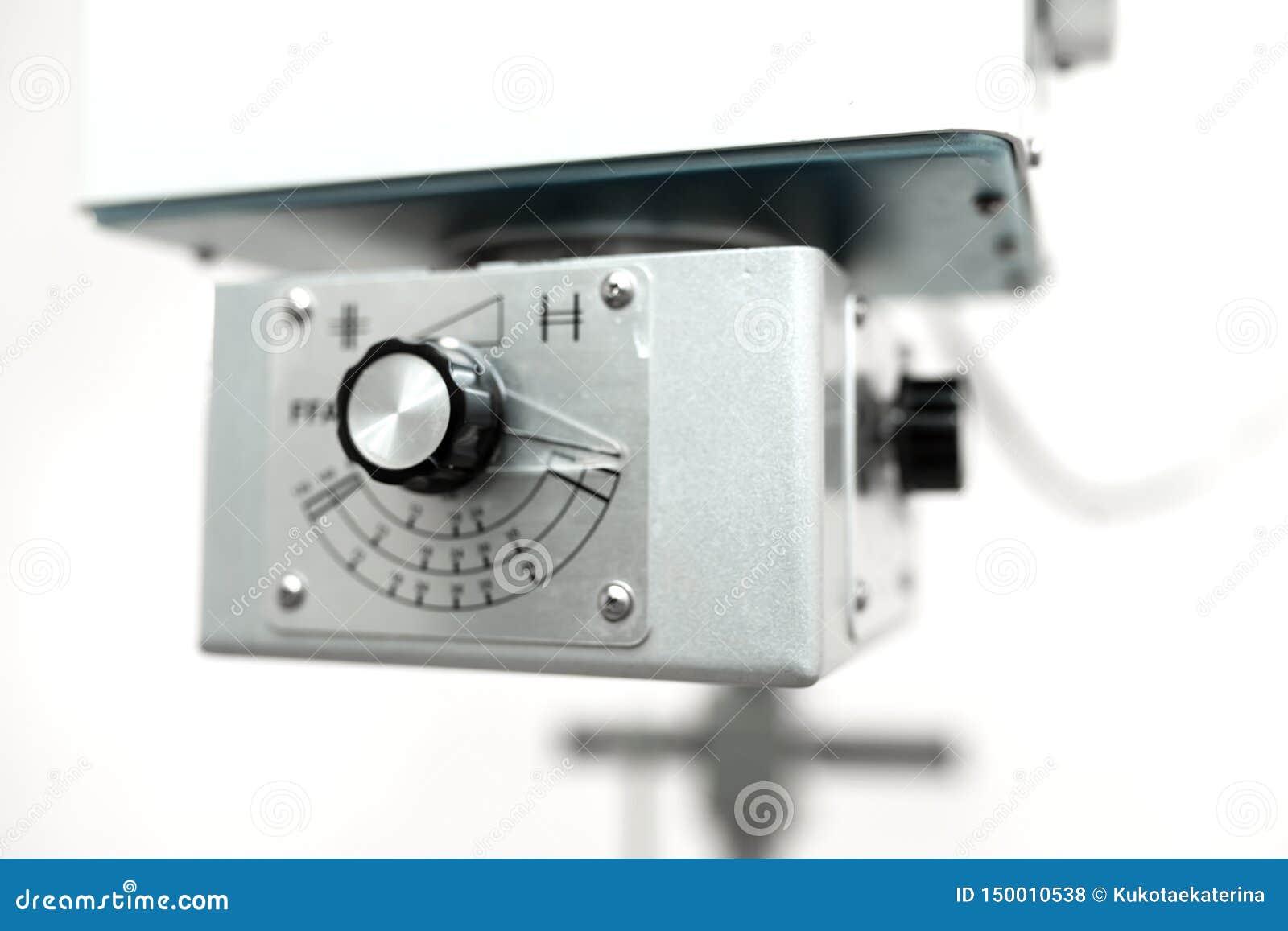 Stary weterynaryjny promieniowanie rentgenowskie maszyny zbliżenie przy weterynaryjnym szpitalem