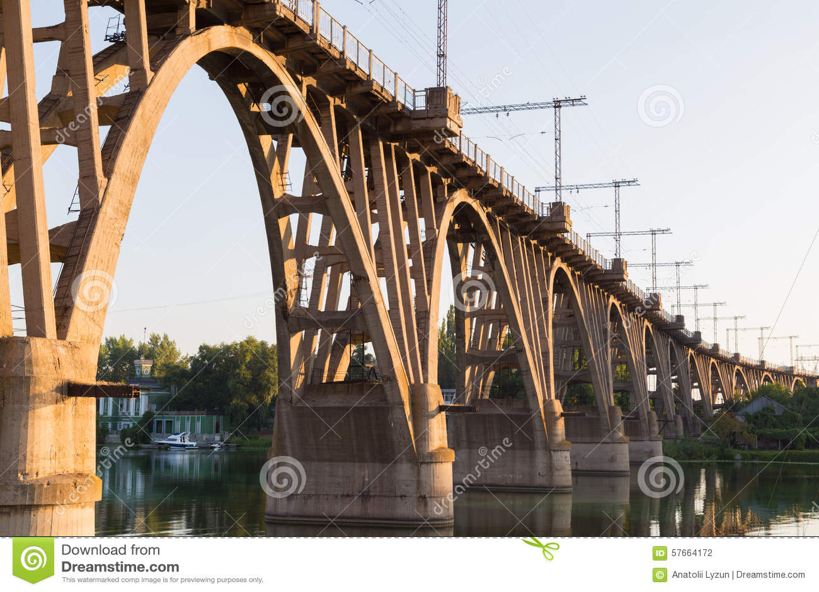 Stary wyginający się kolejowy most nad rzeczny Zaporoskim dnepropetrovsk