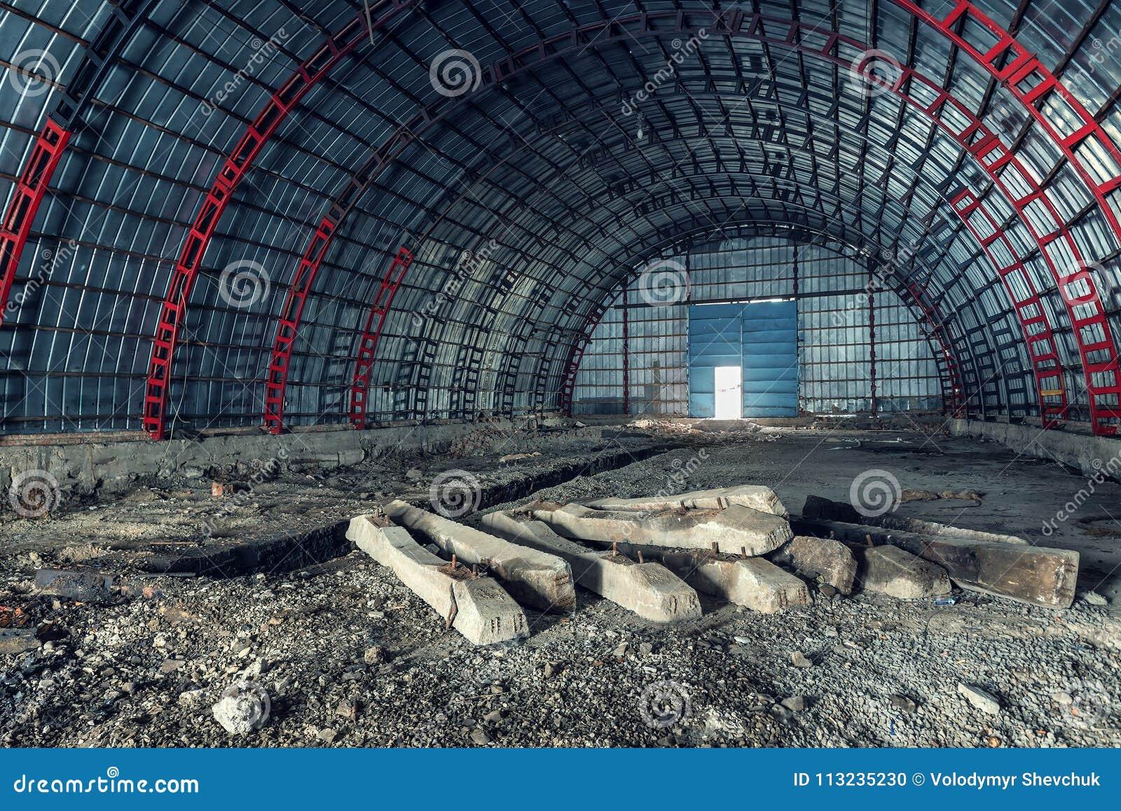 Stary zaniechany hangar