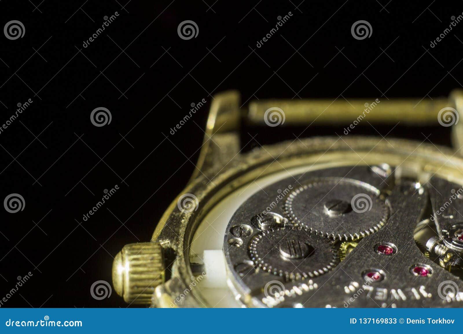Stary zegarowy mechanizm w górę, tylny i frontowy, tło zamazujący