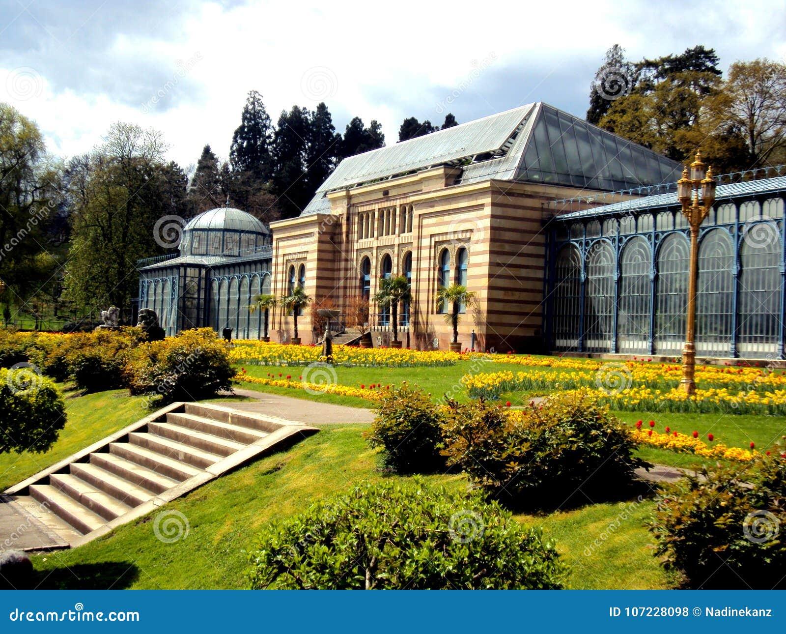 Stary zielony dom w pięknym formalnym ogródzie publicznie kwitnie w Stuttgart park z wiosną, Niemcy, Europa