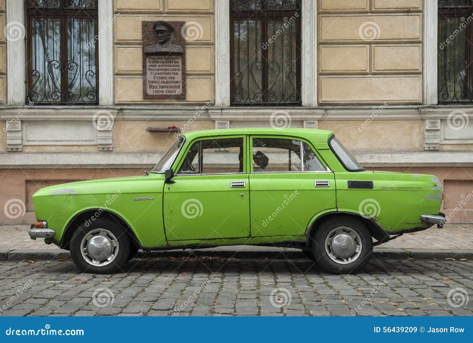 Stary Zielony moskovitz samochód w Odessa