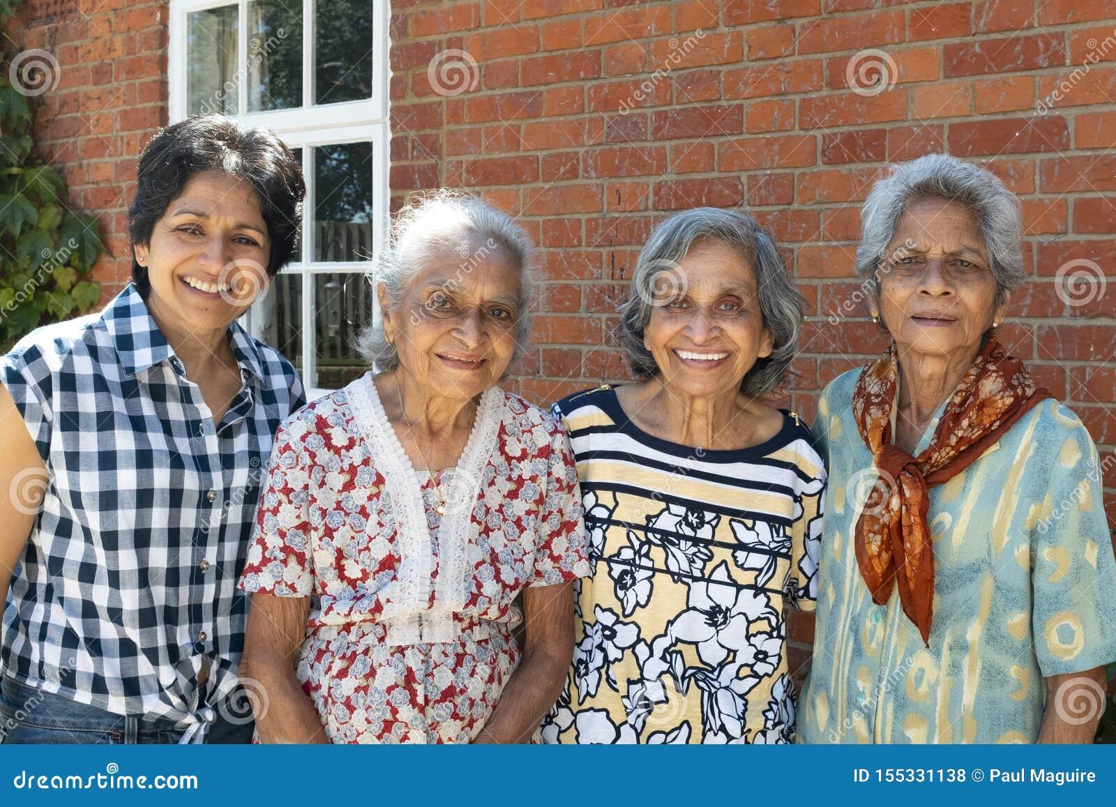 Starych Indiańskich kobiet rodzinny zgromadzenie