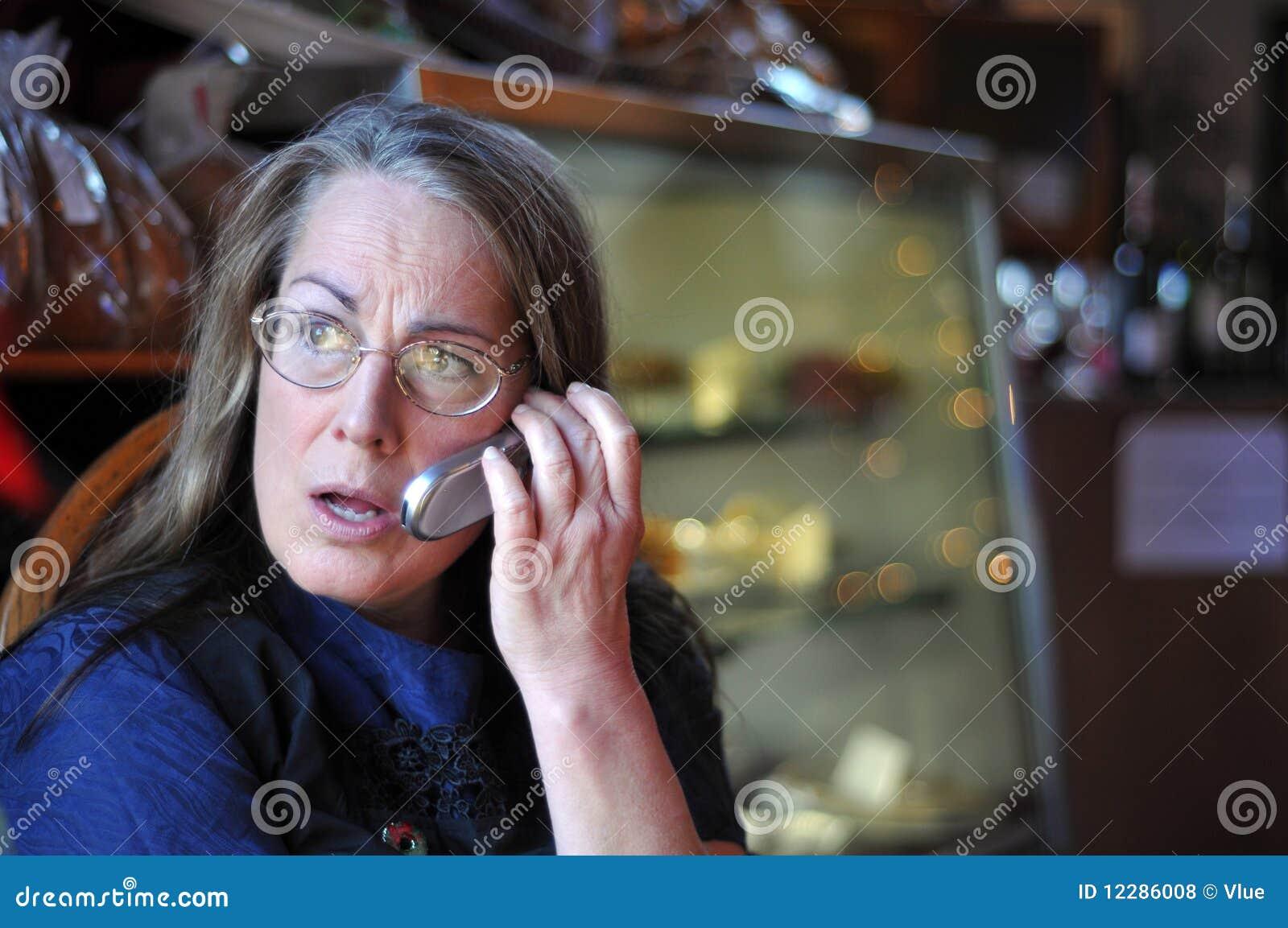 Starzejąca się komórki środkowego telefonu target2187_0_ kobieta