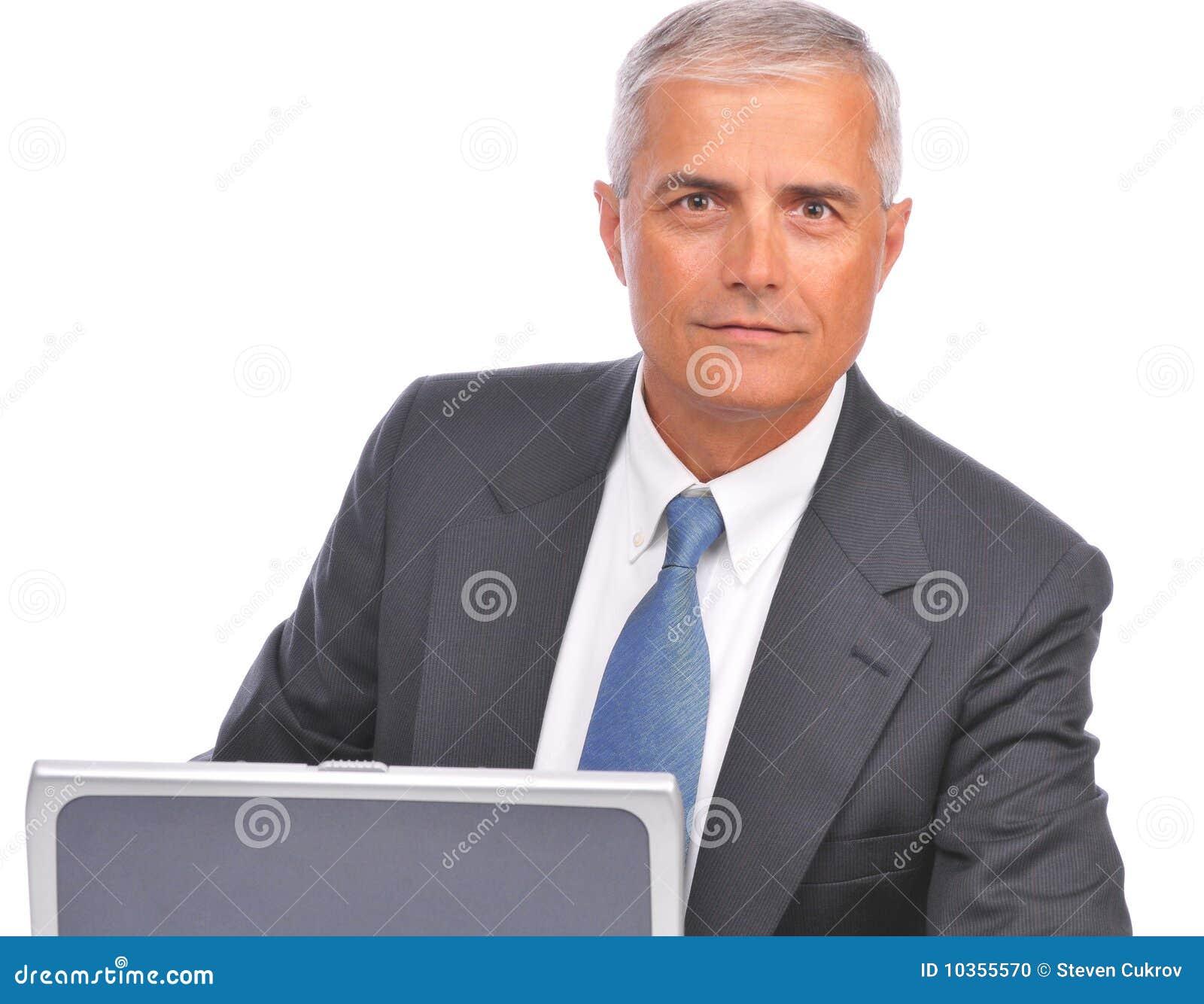 Starzejący się biznesmena laptopu przyglądający środek nad wierzchołkiem