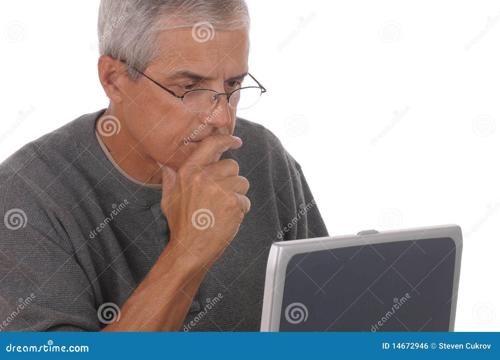 Starzejący się laptopu mężczyzna środek
