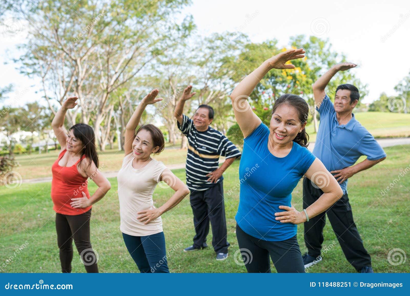 Starzejący się ludzie ćwiczyć
