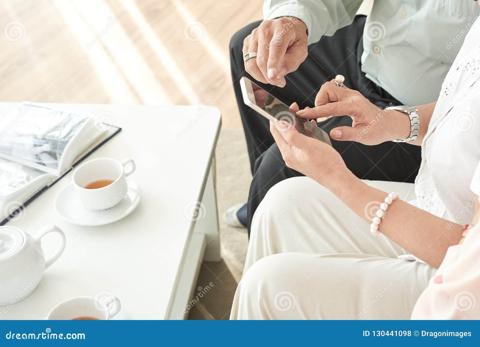 Starzejący się ludzie używa mobilnego app
