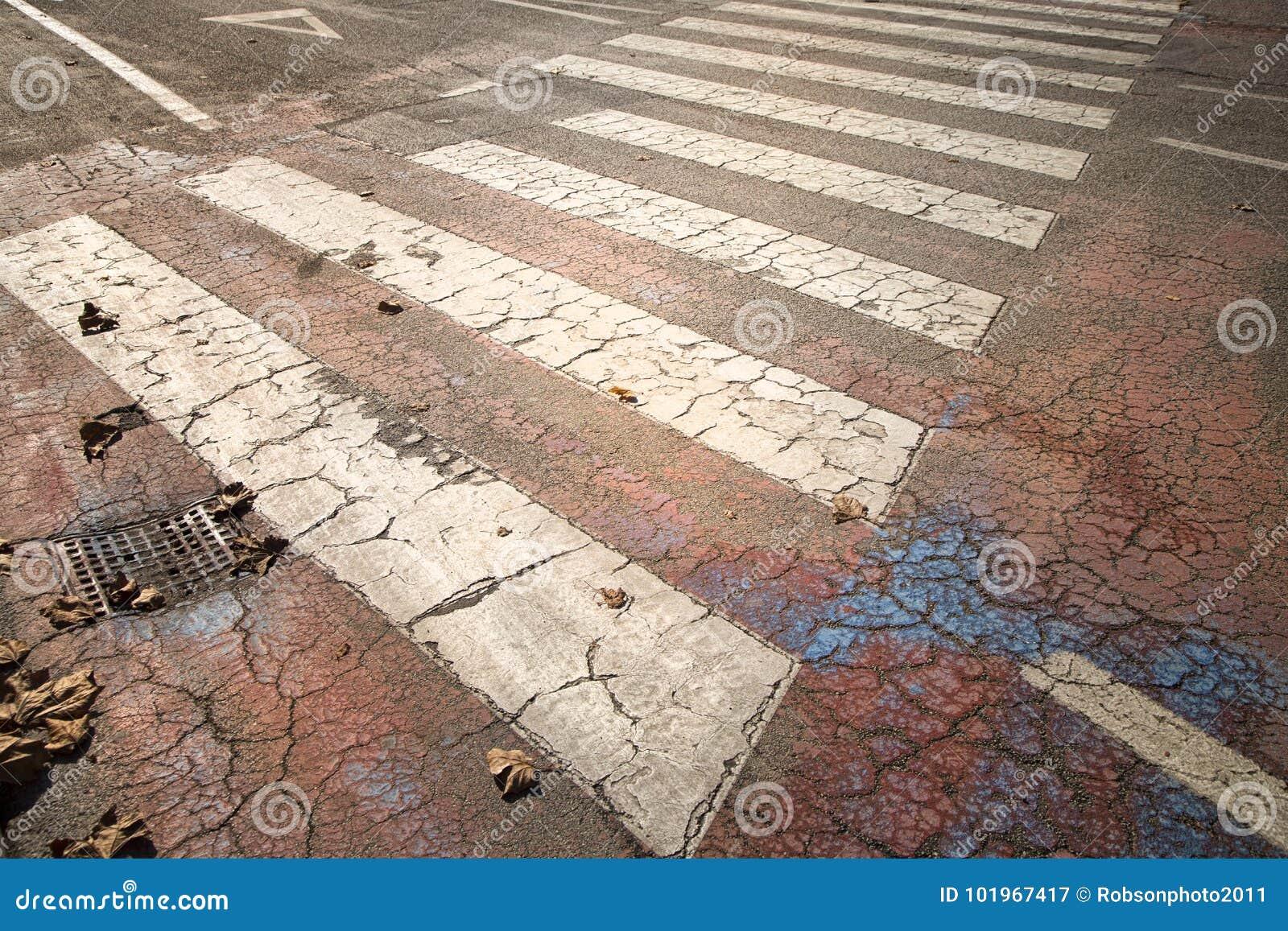 Starzejący się rozdroże znak na asfaltowej podłoga