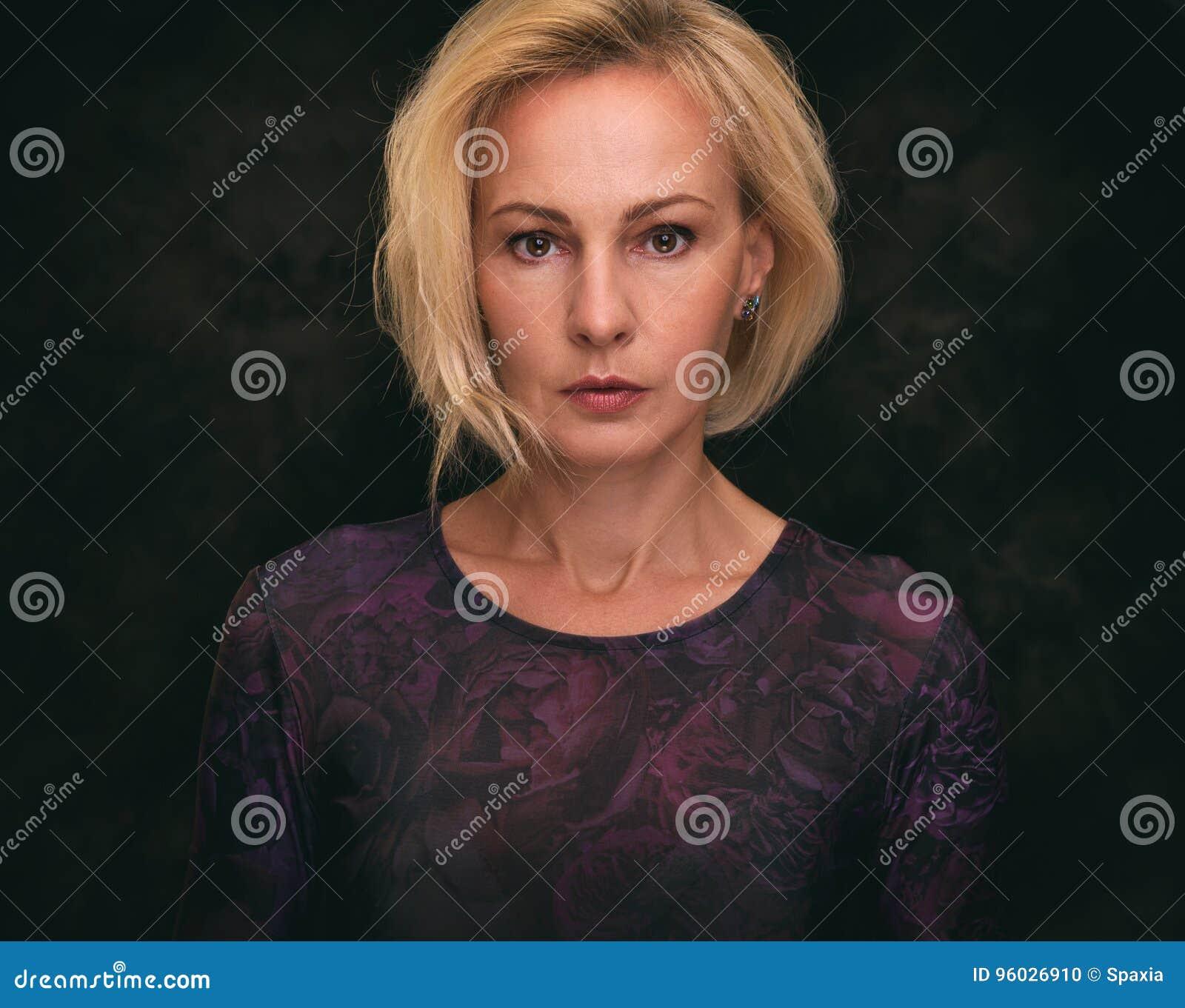 Starzenie się piękna kobieta centralna