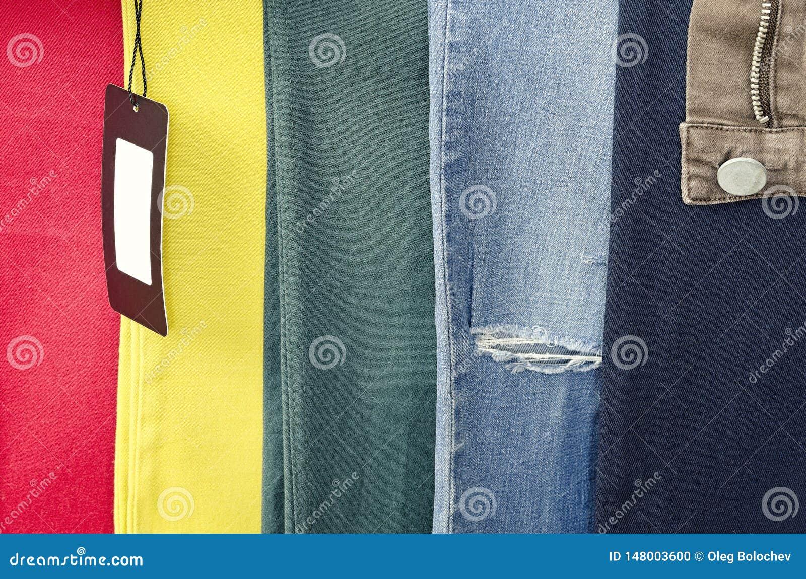 Starzy będący ubranym cajgi 6 kolory, cajgów tło różni tło odzież, drzejący cajgi i opróżniają etykietkę