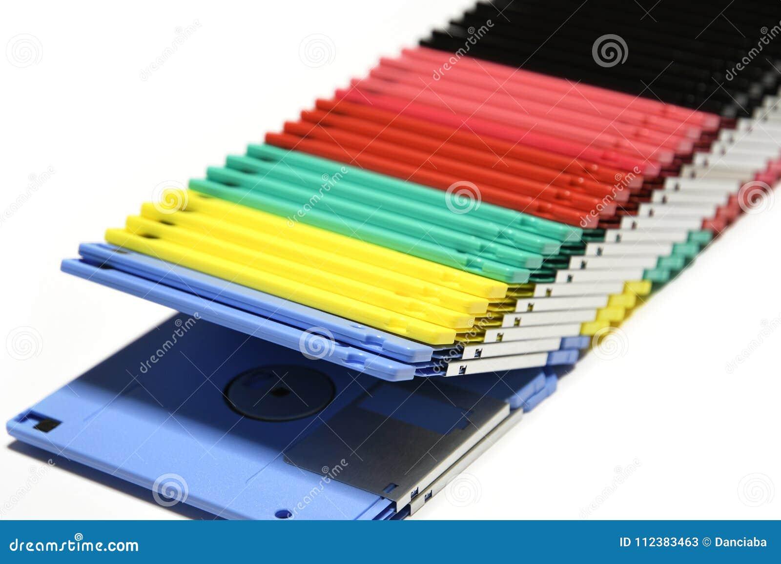 Starzy barwioni komputerowi opadający dyski odizolowywający na białym tle