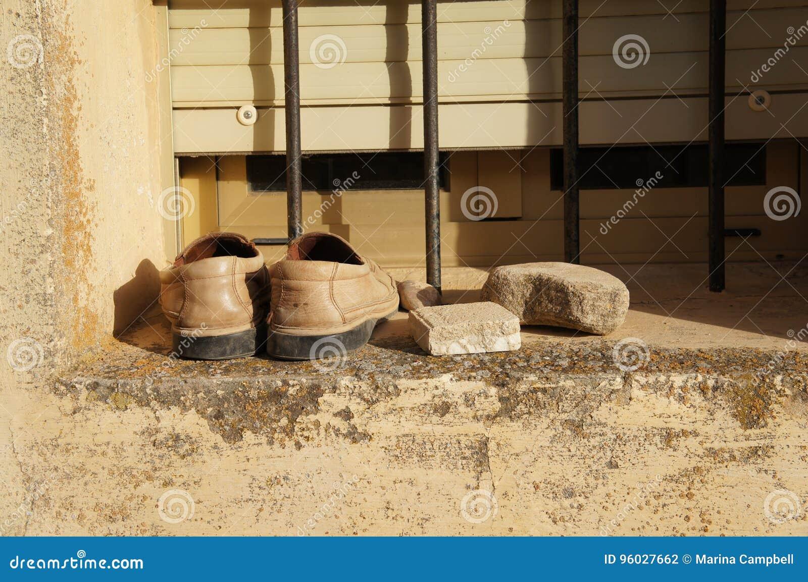 Starzy buty na okno w wiosce