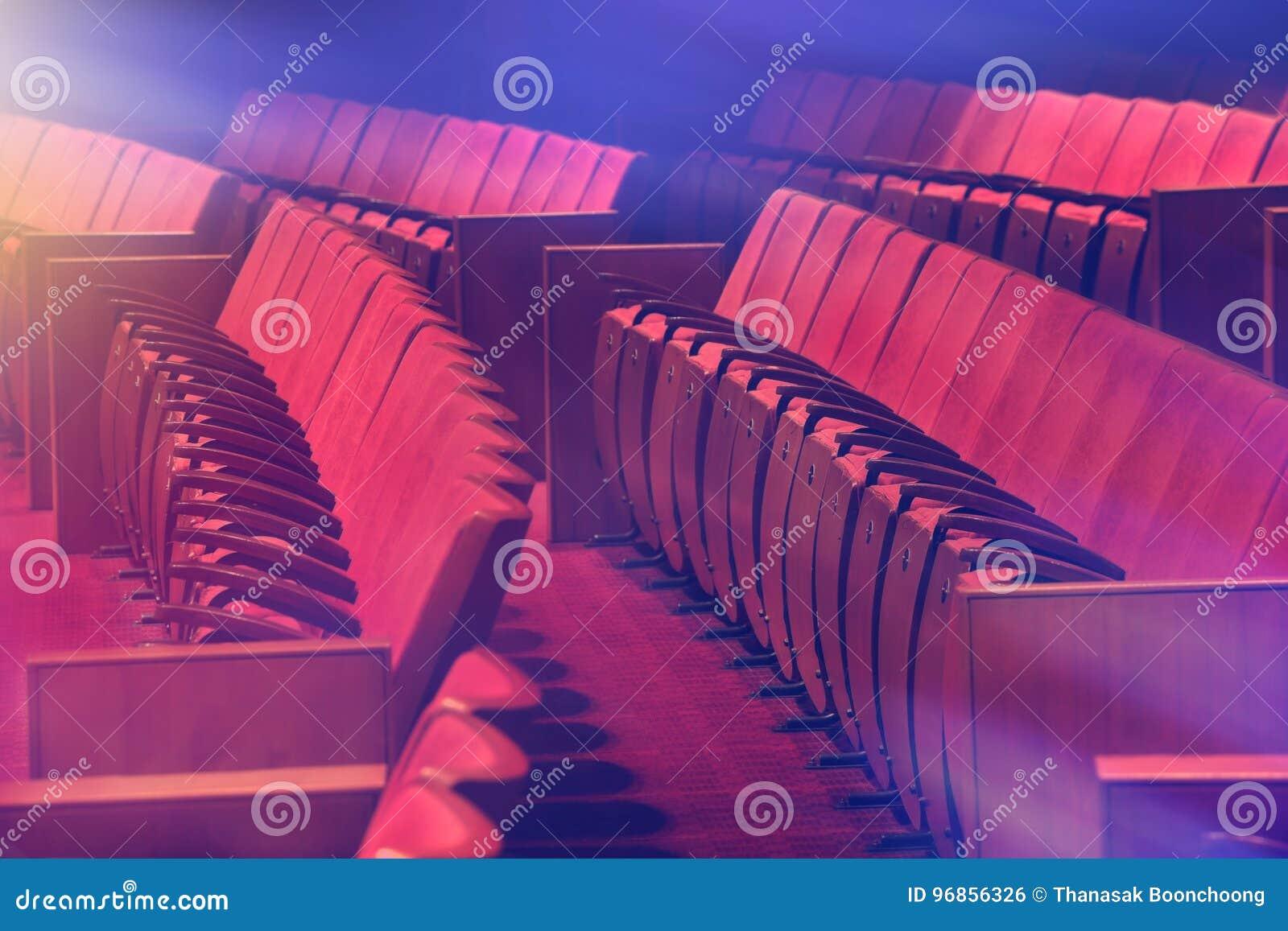 Starzy czerwieni krzesła przy pustym theatre
