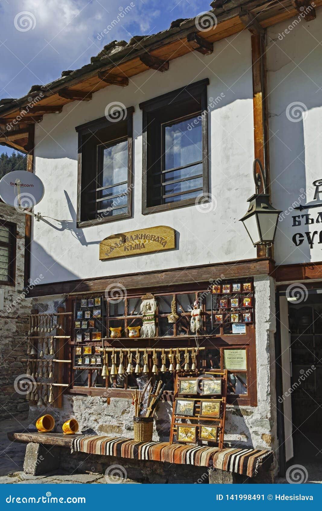 Starzy domy i ulicy w dziejowym miasteczku Shiroka Laka, Bułgaria