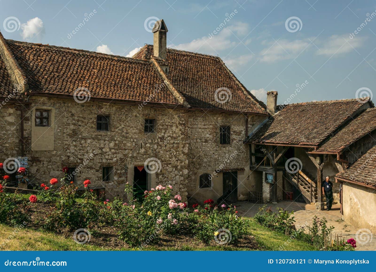 Starzy domy i ulicy w Istria Średniowieczny forteczny Rasnov w Rumunia