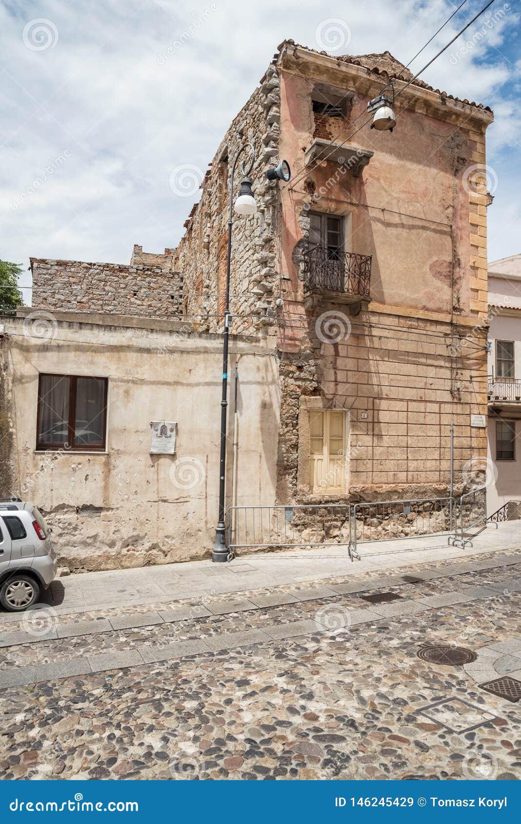 Starzy domy robi? kamienie, drewno, w Oliena wiosce, Nuoro prowincja, wyspa Sardinia, W?ochy