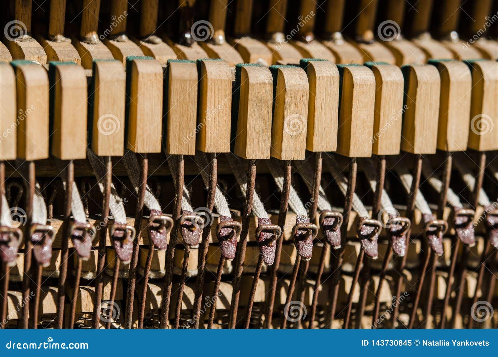 Starzy drewniani pianino klucze pod promieniami s?o?ce