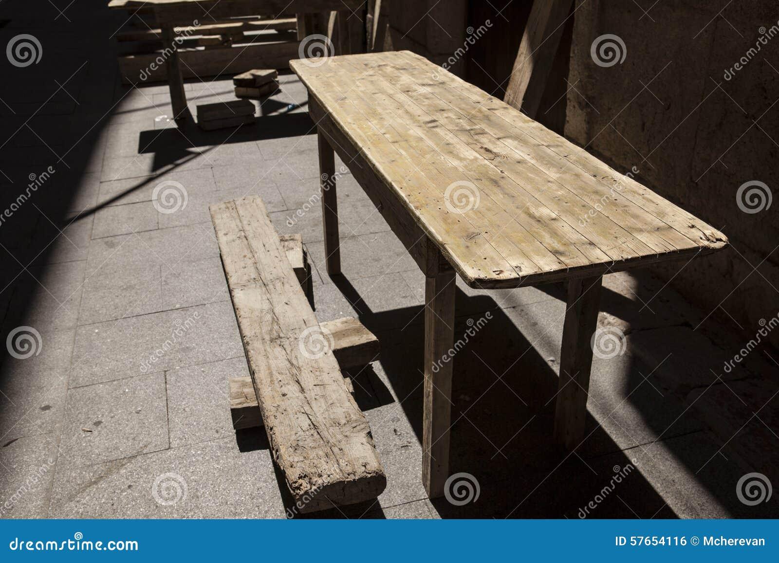 Starzy drewniani stoły przy plenerową kawiarnią
