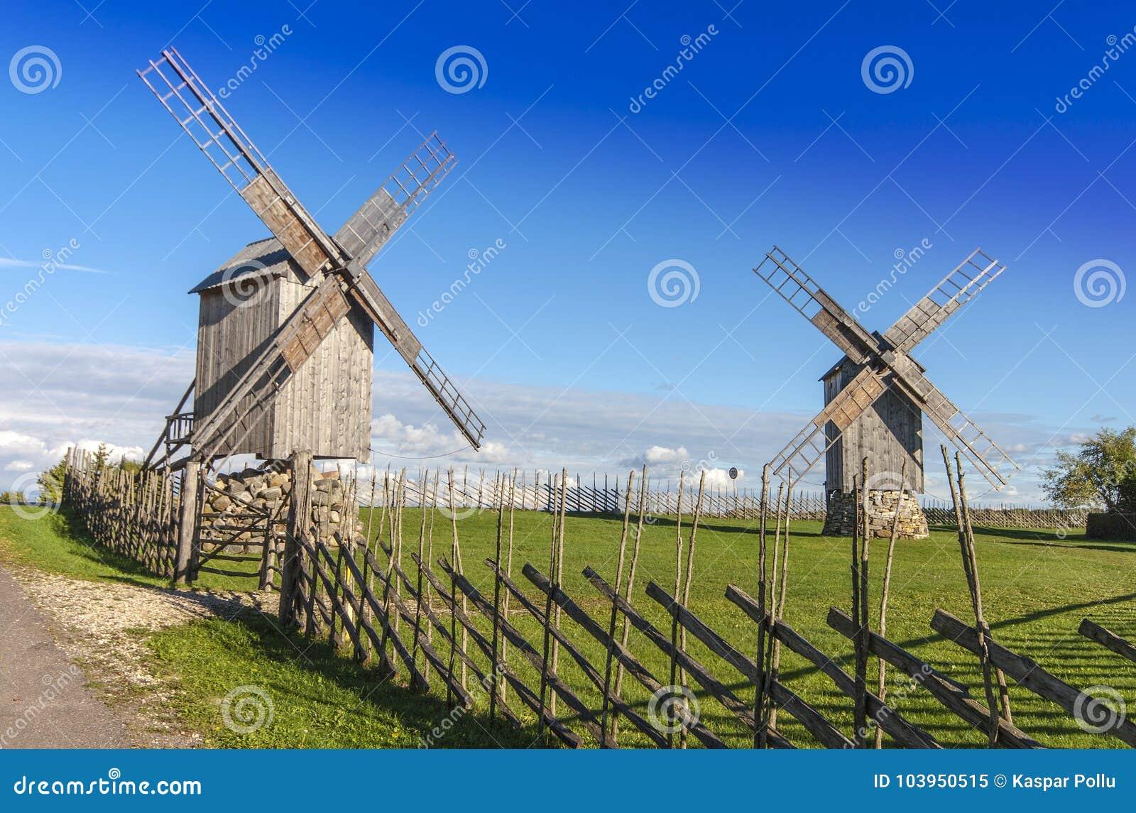 Starzy, drewniani wiatraczki w Saaremaa,
