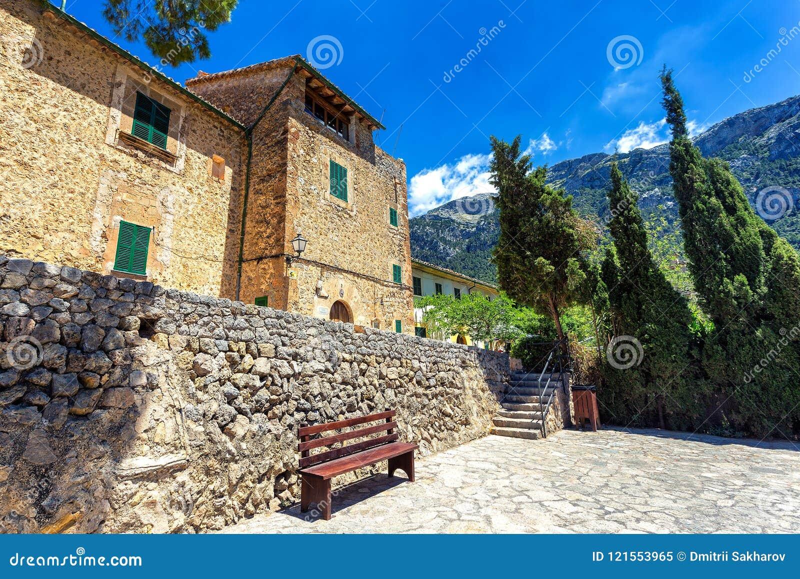 Starzy kamienni budynki w miasteczku Deia, Mallorca