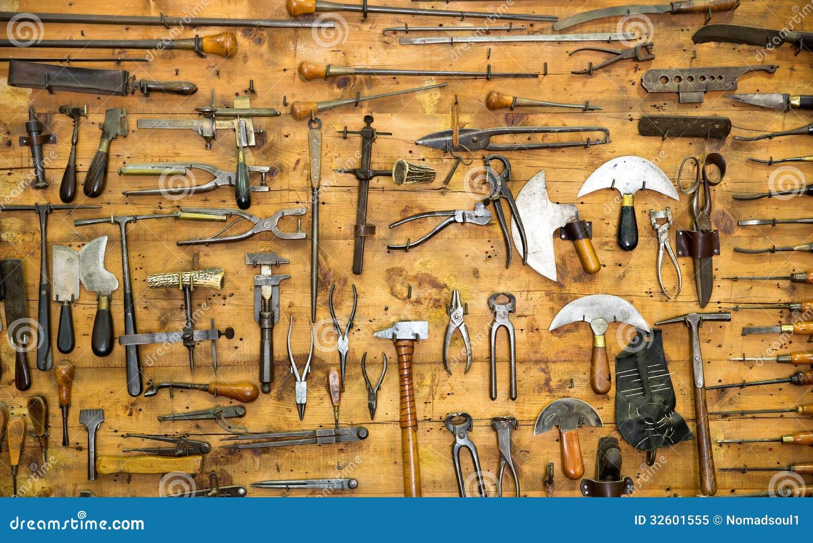 Starzy narzędzia na ścianie