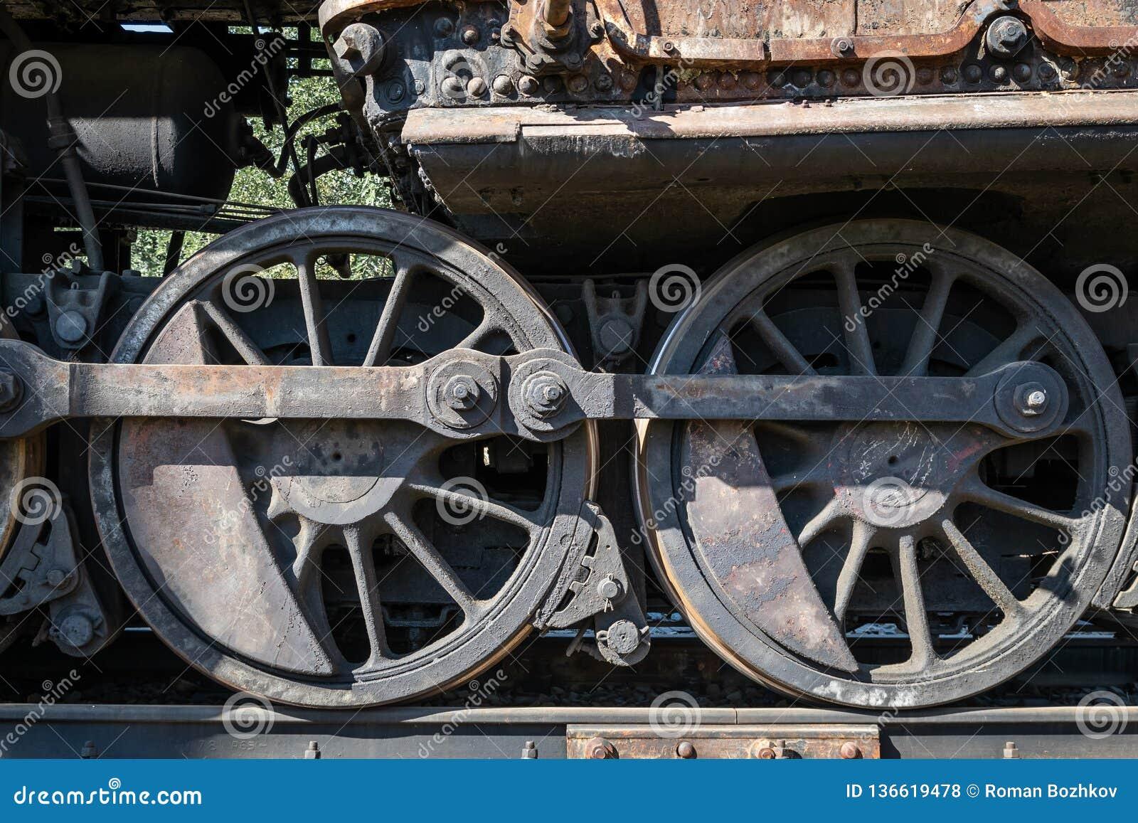 Starzy ośniedziali koła parowa lokomotywa i elementy przejażdżka